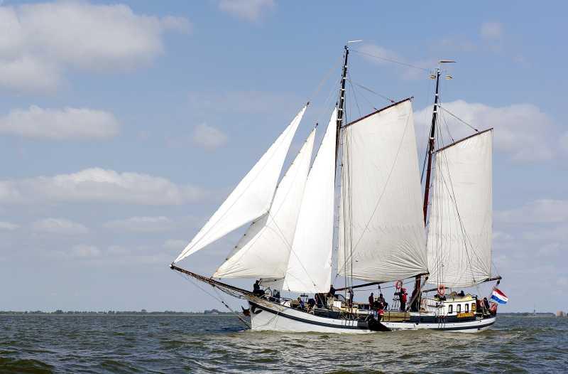 zeilen op IJsselmeer of Waddenzee met de tweemastklipper Zeven Wouden vanuit Lemmer