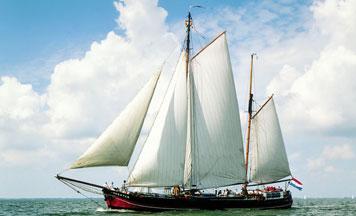 zeilen op IJsselmeer of Waddenzee met de tweemastklipperaak Zeester vanuit Lemmer