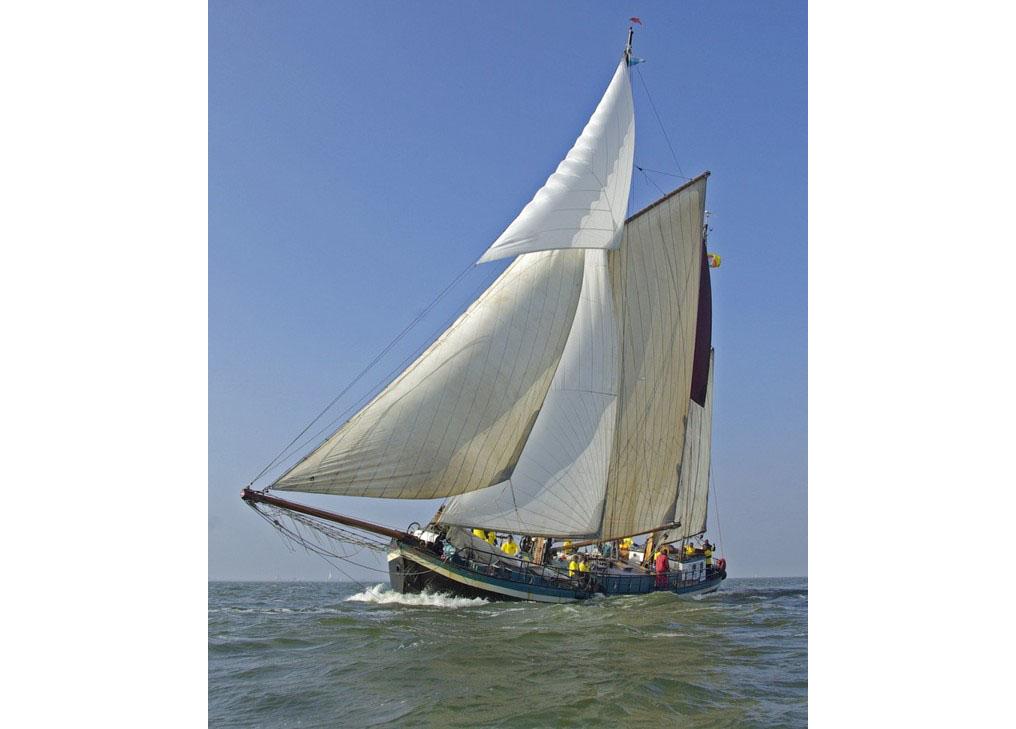 zeilen op IJsselmeer of Waddenzee met de tweemastklipper Nooit Volmaeckt vanuit Enkhuizen