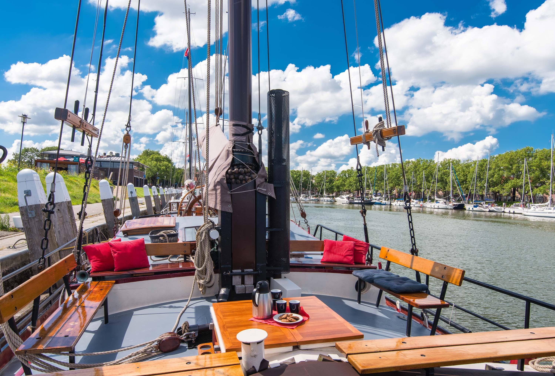 zeilen op IJsselmeer of Waddenzee met de tweemastklipperaak Alberdina vanuit Enkhuizen