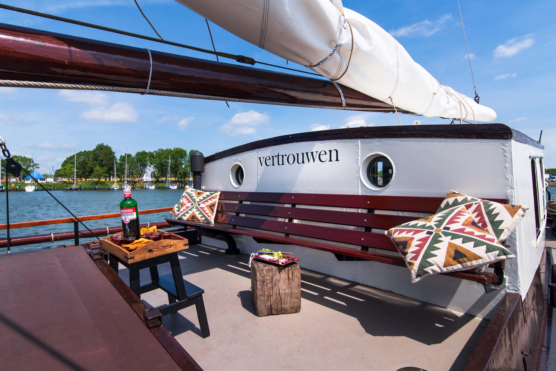 zeilen op IJsselmeer of Waddenzee met de Friese eenmasttjalk Vertrouwen vanuit Enkhuizen