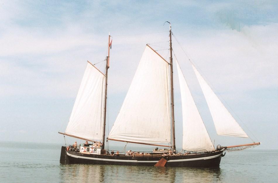 zeilen op IJsselmeer of Waddenzee met de tweemastklipperaak Anna Catharina vanuit Zoutkamp