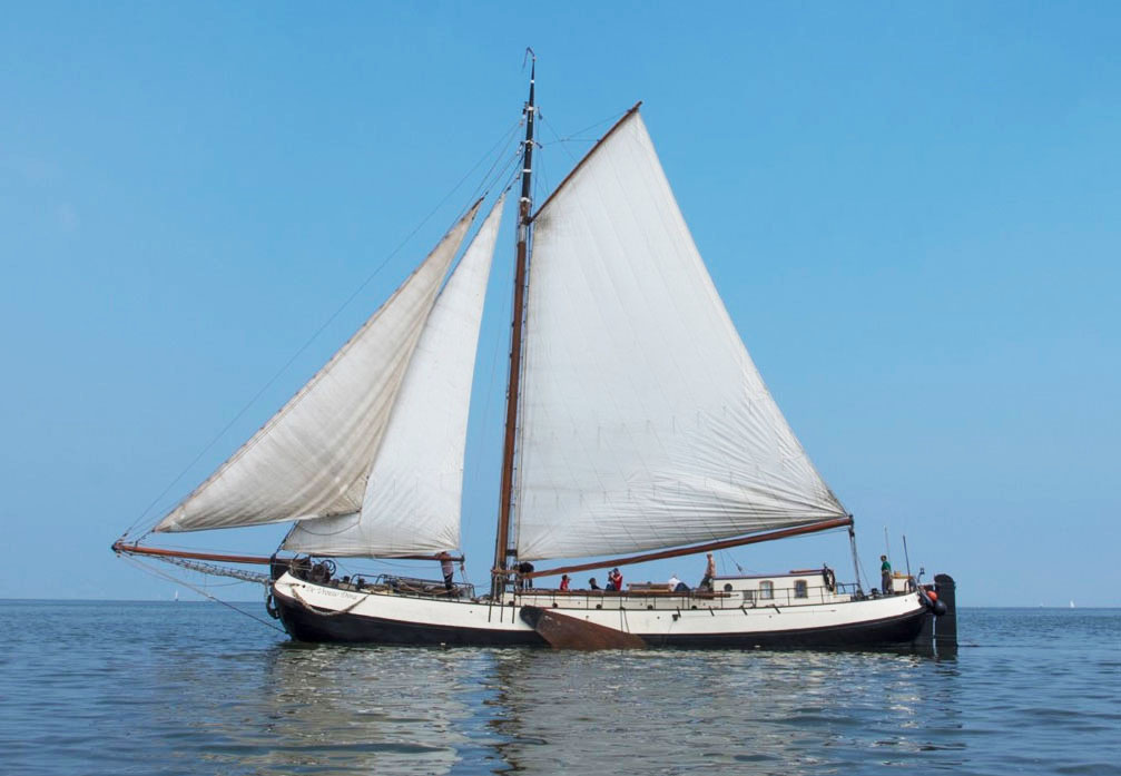 zeilen op IJsselmeer of Waddenzee met de zeetjalk De Vrouw Dina vanuit Enkhuizen
