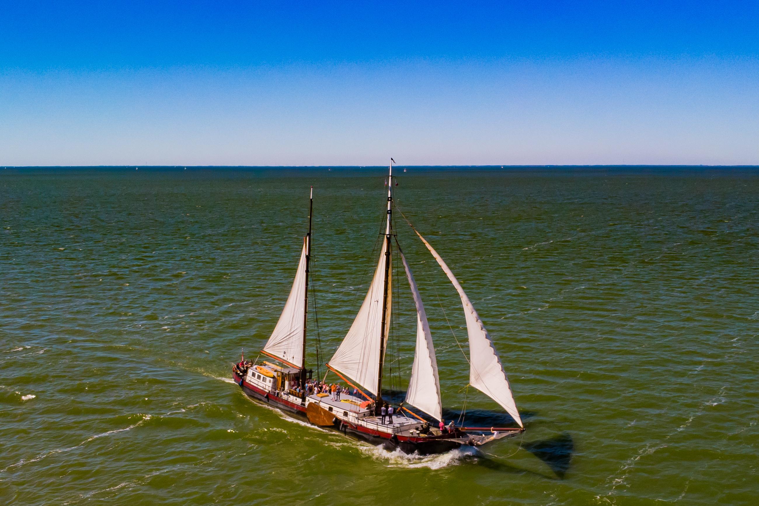 zeilen op IJsselmeer of Waddenzee met de tweemastklipper Samenwerking vanuit Stavoren