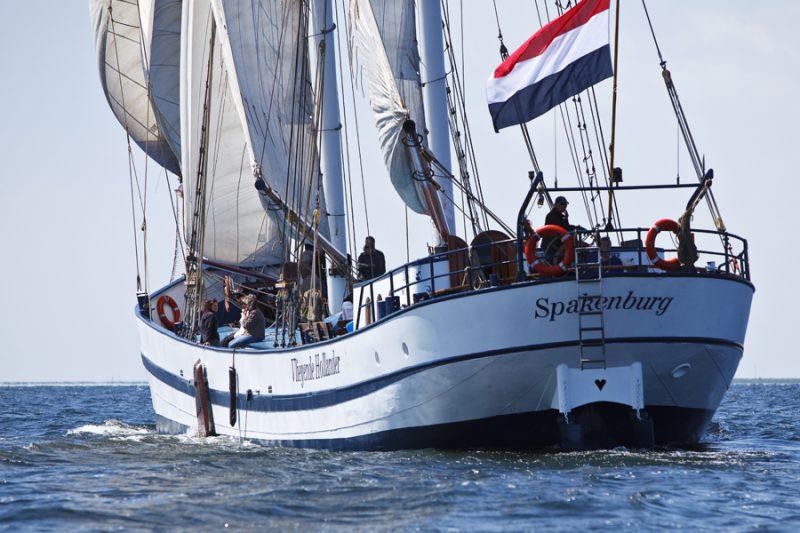 zeilen op IJsselmeer of Waddenzee met de tweemastschoener Vliegende Hollander vanuit Lemmer