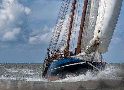 zeilen op IJsselmeer of Waddenzee met de stevenaak Victoria-S vanuit Harlingen