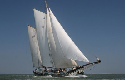 zeilen op IJsselmeer of Waddenzee met de tweemastklipper Vliegende Draeck vanuit Harlingen