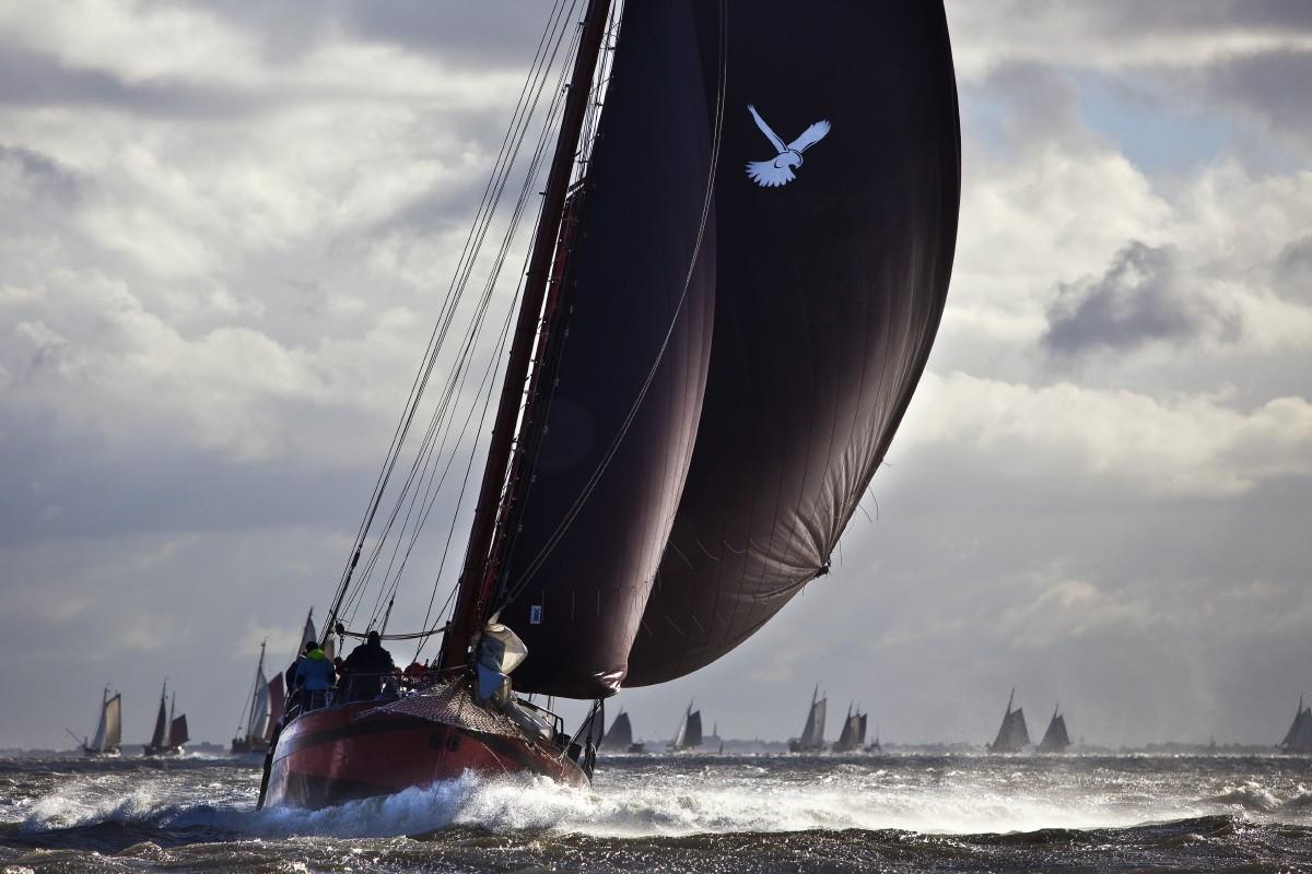 zeilen op IJsselmeer of Waddenzee met de klipperaak Zwarte Valk vanuit Makkum